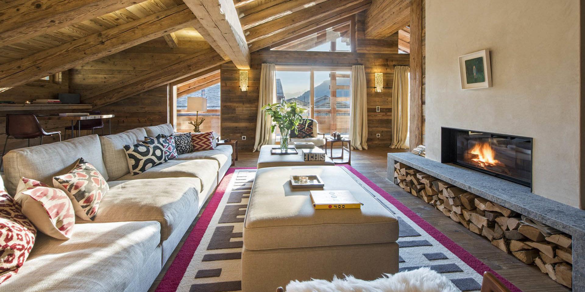 Appartement Place Blanche 2 Verbier Les 4 Vallees Zwitserland wintersport skivakantie luxe living loungebank open haard hocker vloerkleed houten balken raam