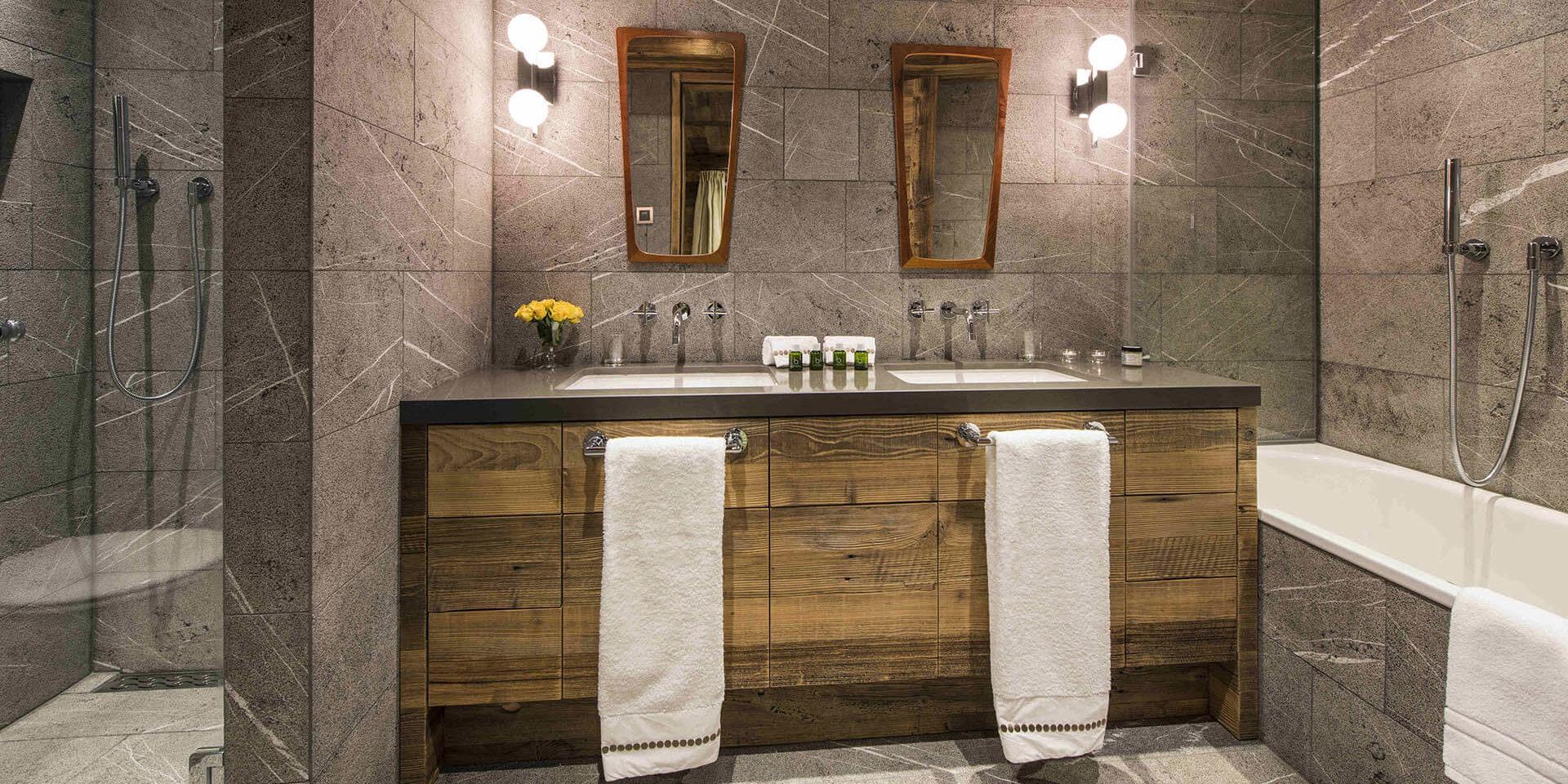 Appartement Place Blanche Verbier Les 4 Vallees Zwitserland wintersport skivakantie luxe badkamer bad douche dubbele wasbak handdoeken rozen spiegels