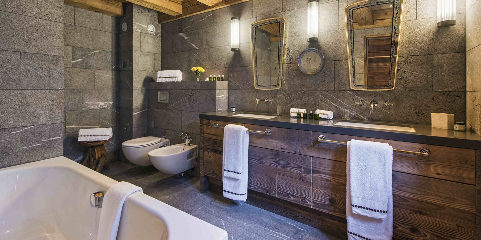 Appartement Place Blanche Verbier Les 4 Vallees Zwitserland wintersport skivakantie luxe badkamer bad dubbele wasbak spiegel handdoeken toilet