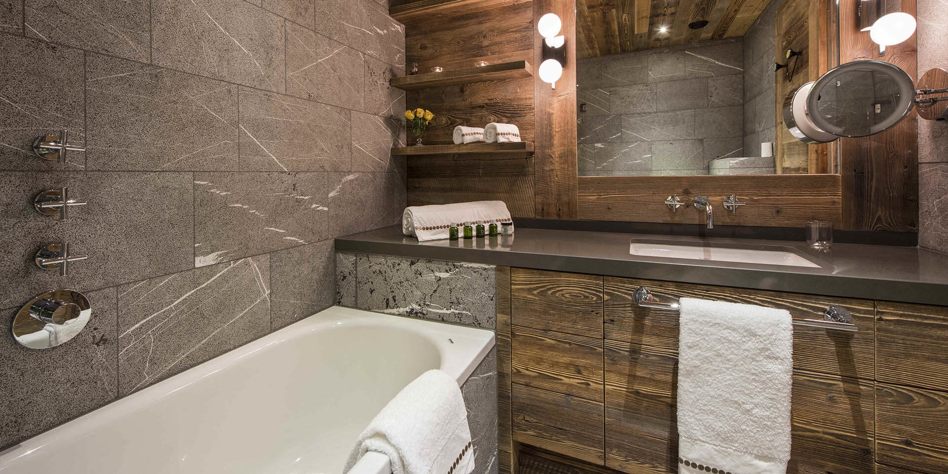 Appartement Place Blanche Verbier Les 4 Vallees Zwitserland wintersport skivakantie luxe badkamer bad wastafel spiegel handdoeken rozen badproducten