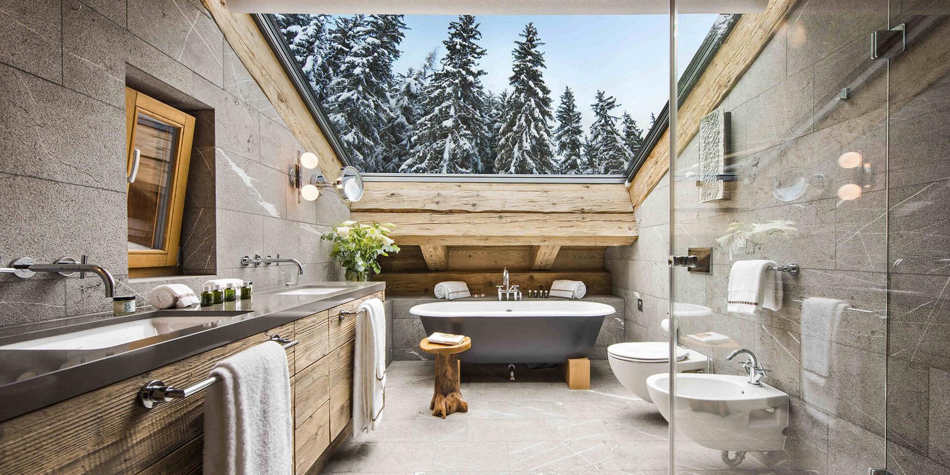 Appartement Place Blanche Verbier Les 4 Vallees Zwitserland wintersport skivakantie luxe badkamer vrijstaand bad dubbele wasbak dakraam besneeuwde bomen