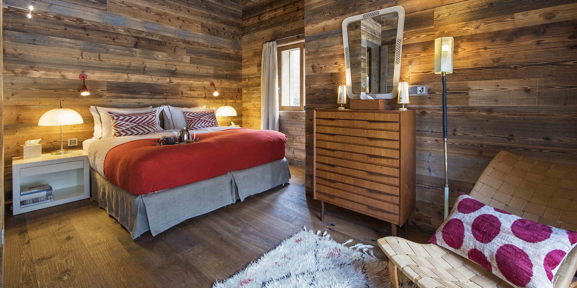 Appartement Place Blanche Verbier Les 4 Vallees Zwitserland wintersport skivakantie luxe slaapkamer 2-persoonsbed fauteuil vloerkleed houten kast